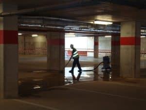 personal de limpieza desinfectando y limpiando parking