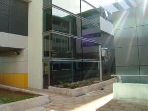 fachada de edificio con cristales limpios
