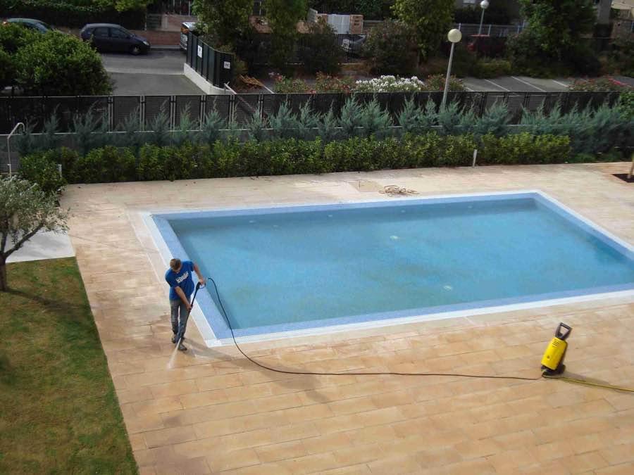 personal de limpieza desinfectando y limpiando piscina