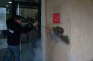 personal de limpieza desinfectando y limpiando